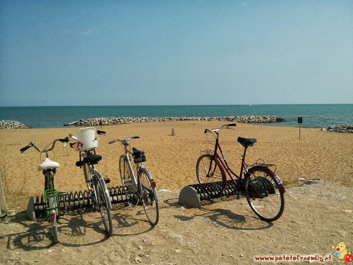 In spiaggia con la bicicletta