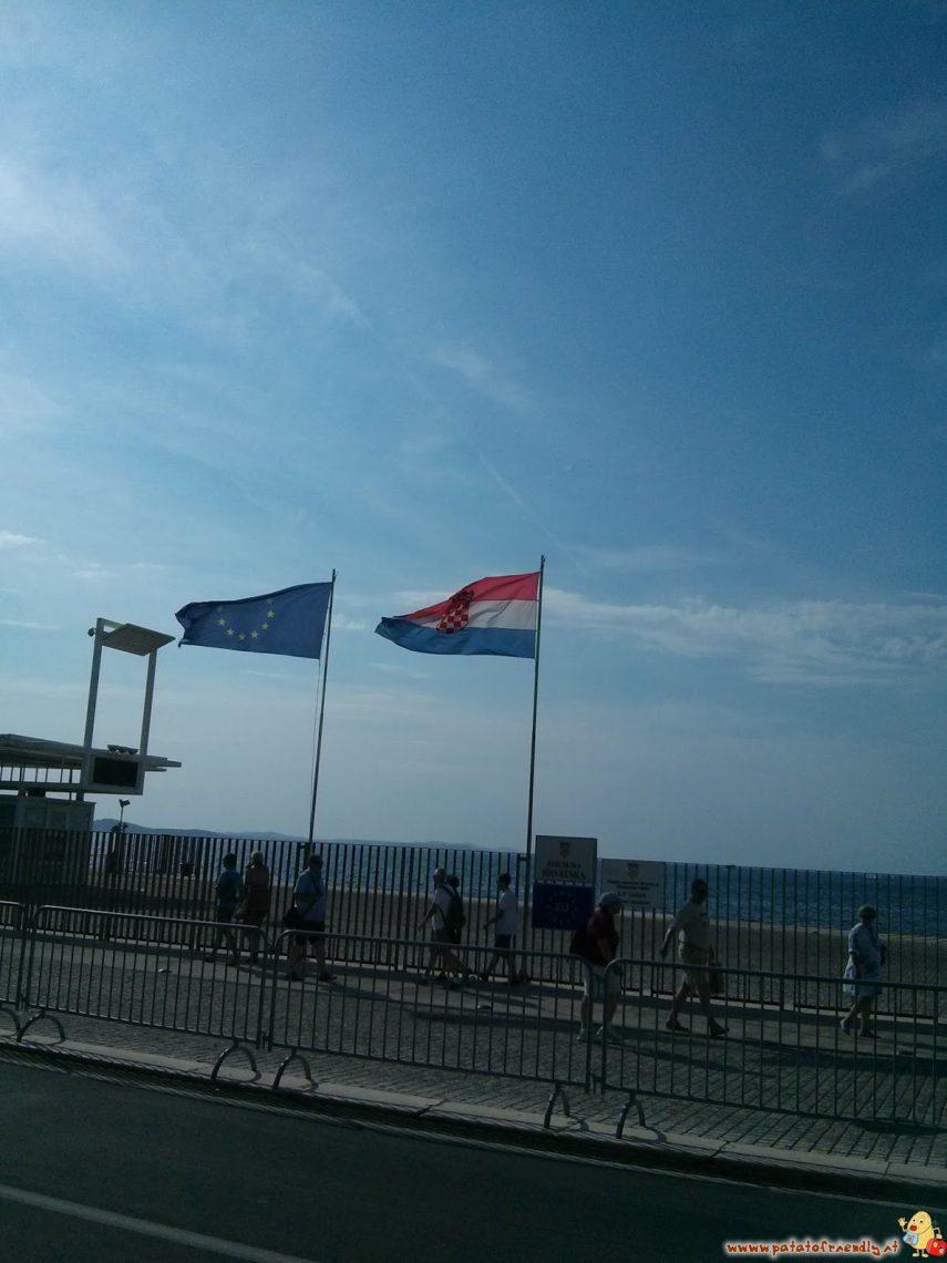 Bandiere croate sul lungomare di Zara
