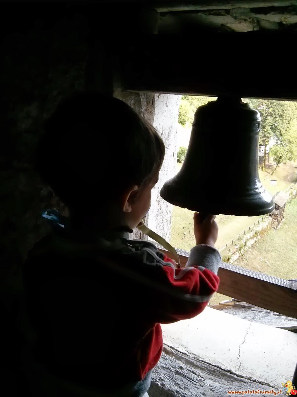 [cml_media_alt id='4814']Un bambino al castello di Predjama in Slovenia[/cml_media_alt]