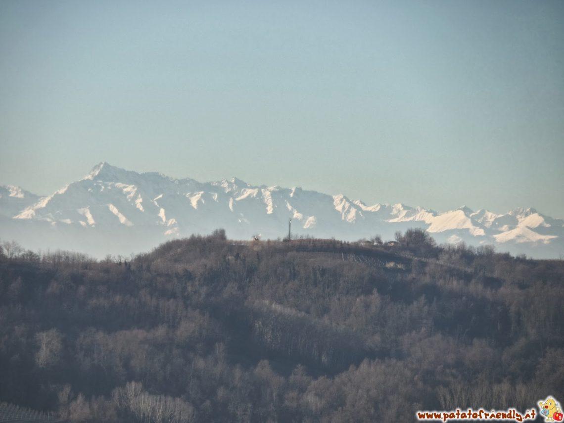 Le Alpi sullo sfondo delle Langhe in inverno