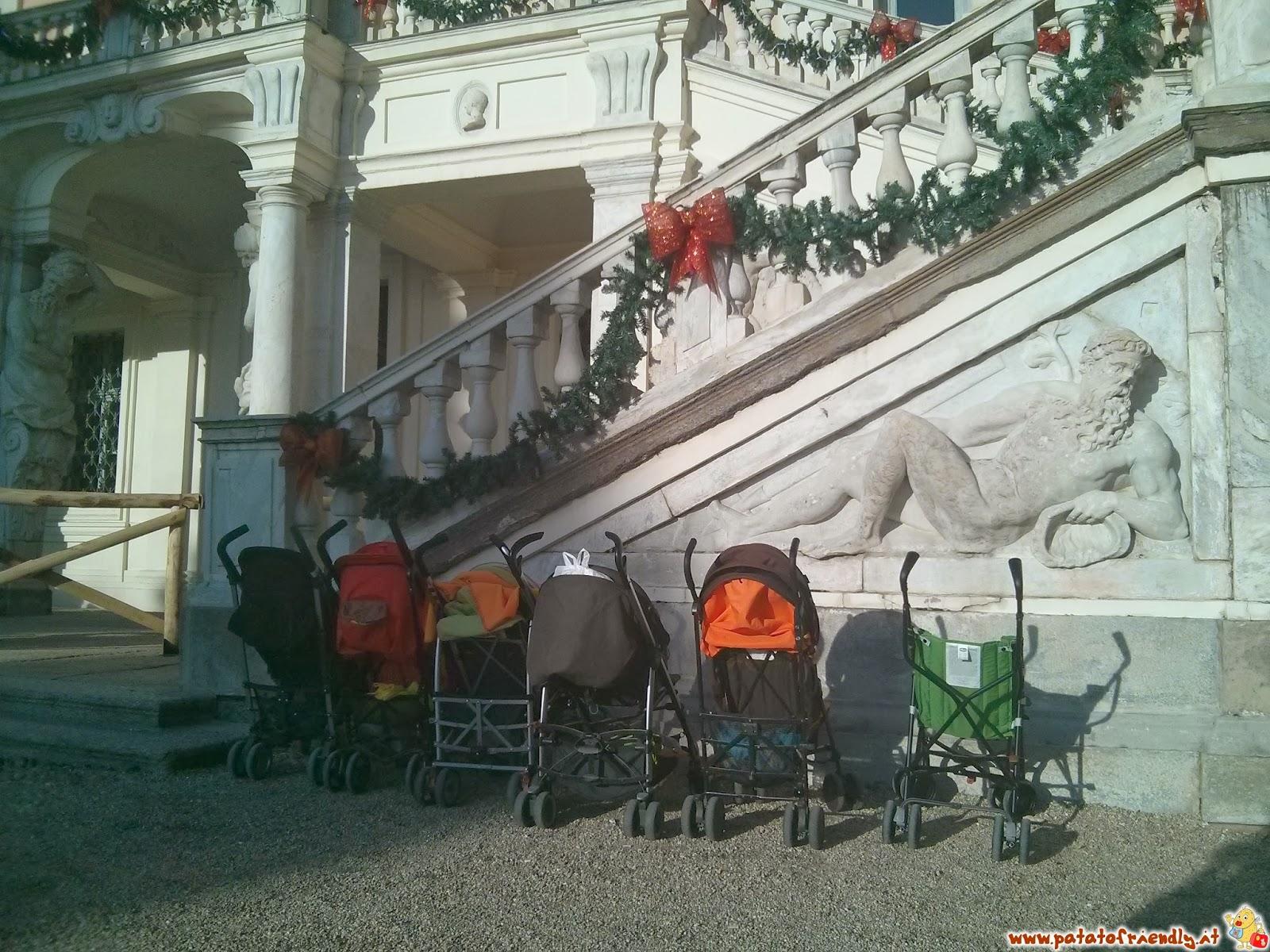 Passeggini in attesa mentre i bimbi incontrano Babbo Natale