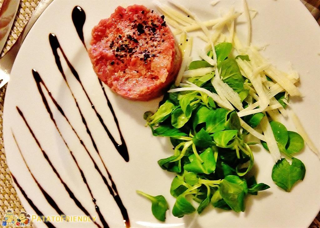 [cml_media_alt id='5355']Un tipico piatto delle Langhe, la carne cruda all'albese[/cml_media_alt]