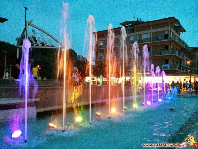 Il centro di Bibione la sera