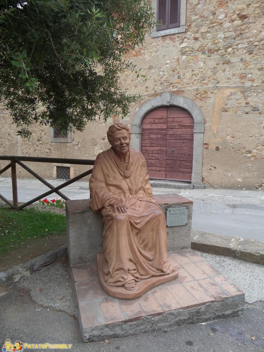 La statua dedicata a Nonna Lucia