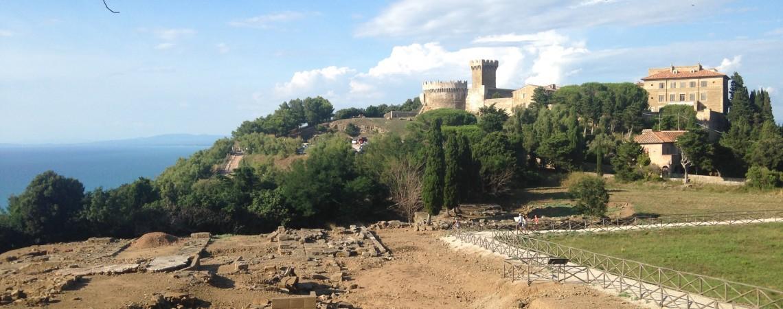 Vista del Parco archeologico di Populonia e della rocca