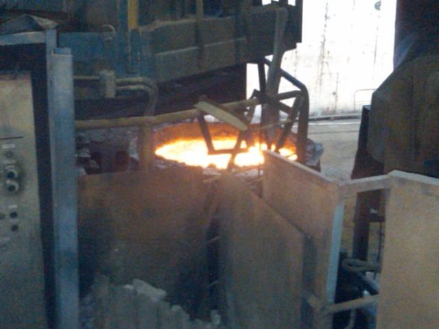 L'acciaio fuso nell'impianto siderurgico