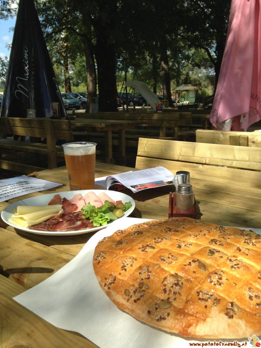 Belokranjska Pogaca, salumi, formaggi e birra Lasko. Così si fa l'aperitivo in Bela Krajina