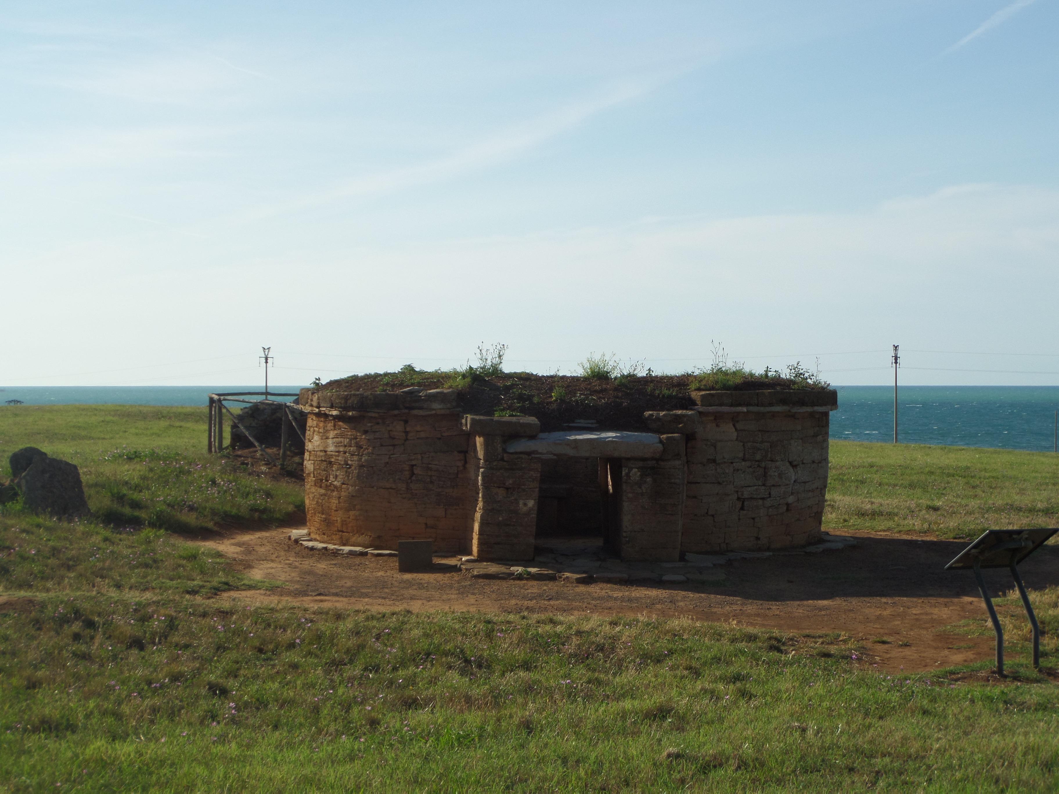 La tipica tomba circolare Etrusca visibile nel Parco Archeologico di Baratti e Populonia in Toscana