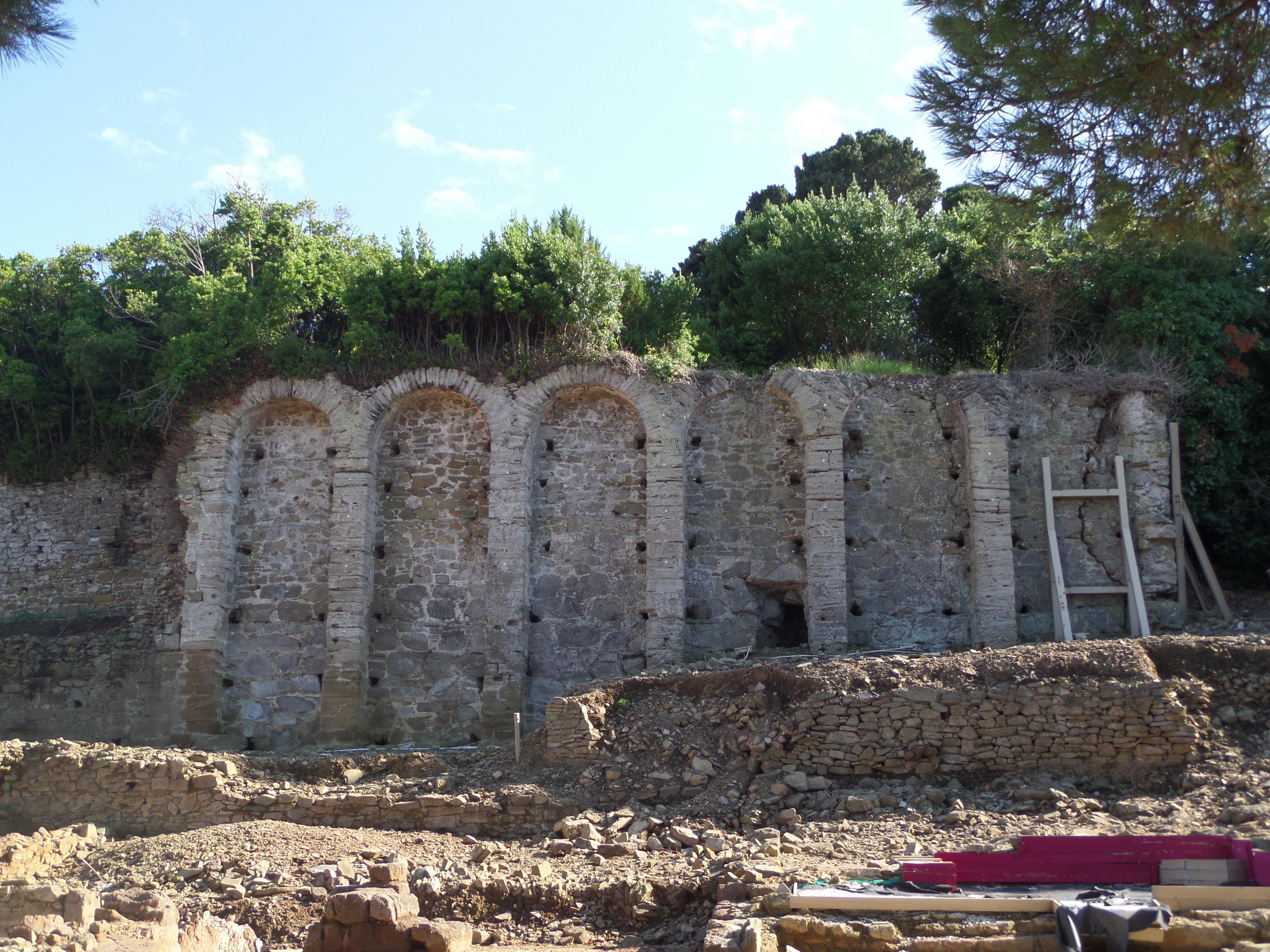 Parco Archeologico di Baratti e Populonia con i resti delle grandi e possenti mura della città etrusca di Populonia