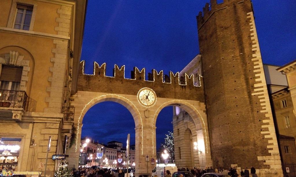 [cml_media_alt id='4663']I Portoni di Piazza Bra a Verona illuminati dalle luci di Natale[/cml_media_alt]