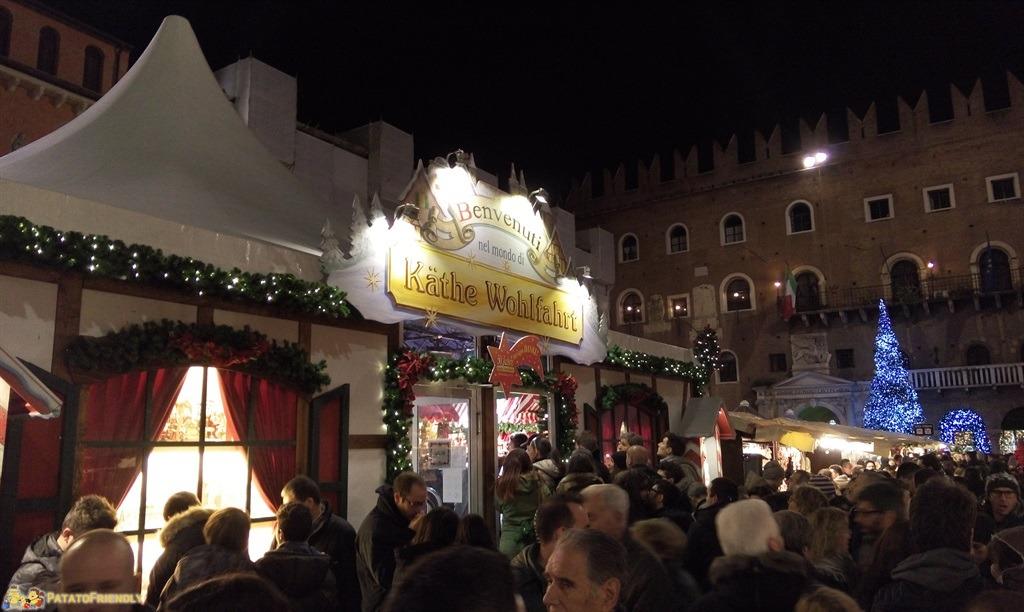 [cml_media_alt id='4668']La folla in Piazza dei Signori per i Mercatini di Norimberga di Verona[/cml_media_alt]