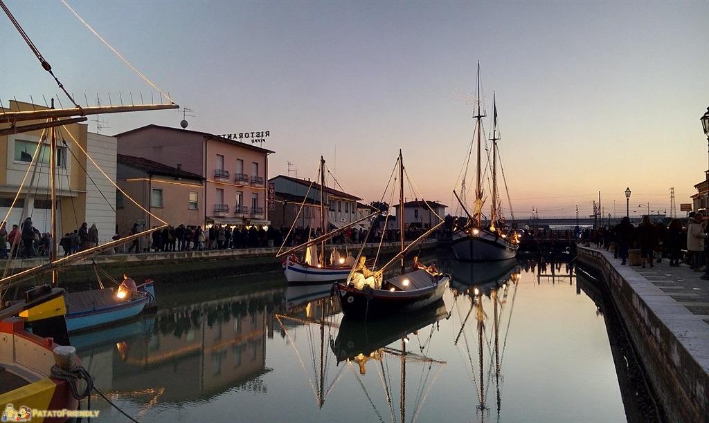 [cml_media_alt id='4887']Il presepe di Cesenatico - La grance barca della Natività con le altre imbarcazioni a rimorchio[/cml_media_alt]
