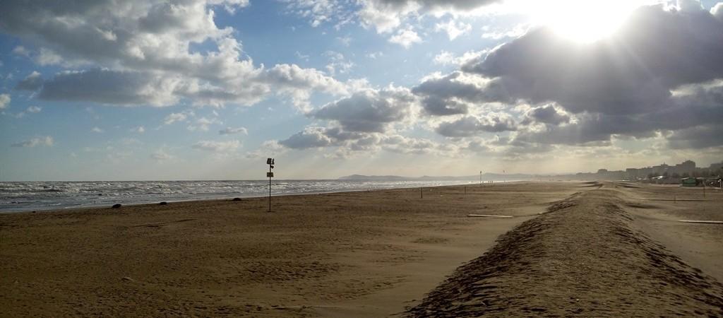 La spiaggia di Rimini desolata in una giornata d'inverno