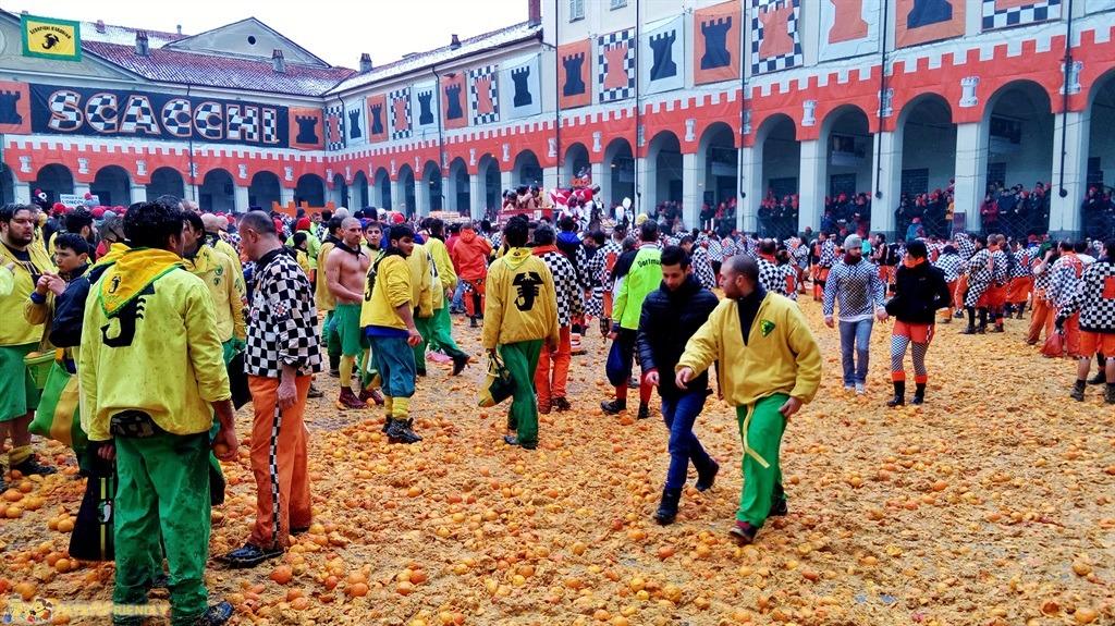 [cml_media_alt id='5297']Il Carnevale di Ivrea - Piazza Ottinetti alla conclusione della battaglia[/cml_media_alt]