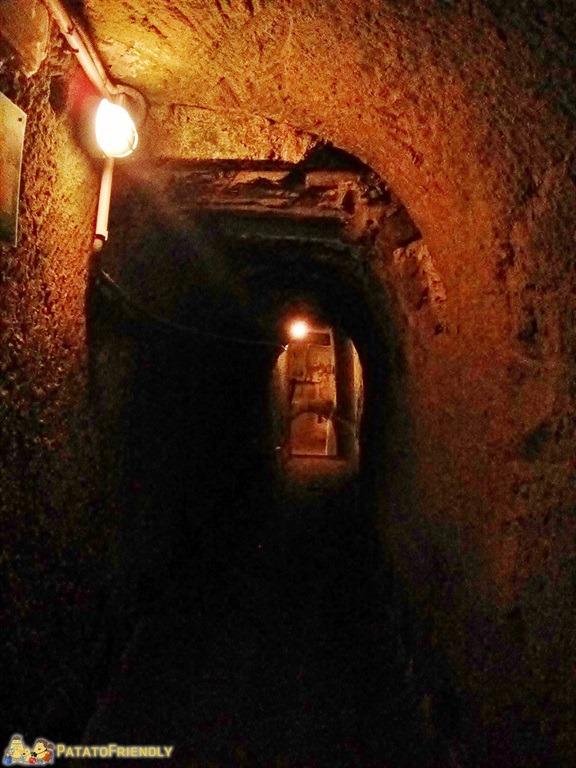 [cml_media_alt id='5217']Napoli sotterranea - Gli stretti cunicoli poco illuminati (1)[/cml_media_alt]