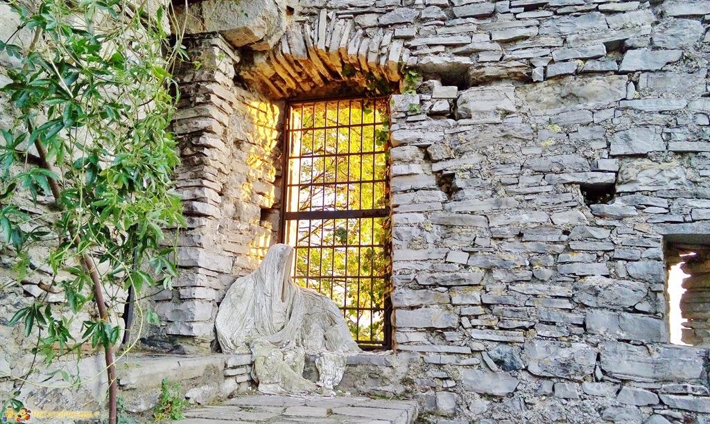 [cml_media_alt id='5387']Uno dei fantasmi di gesso che popolano il Castello di Vezio[/cml_media_alt]