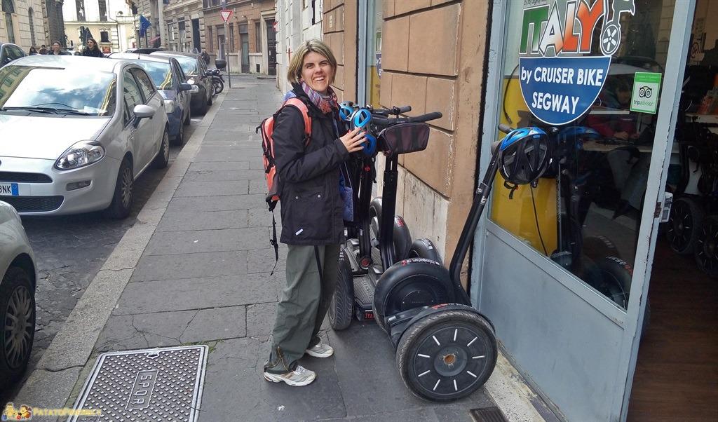 Visitare Roma in un giorno - Francesca intenta a studiare il Segway prima del tour