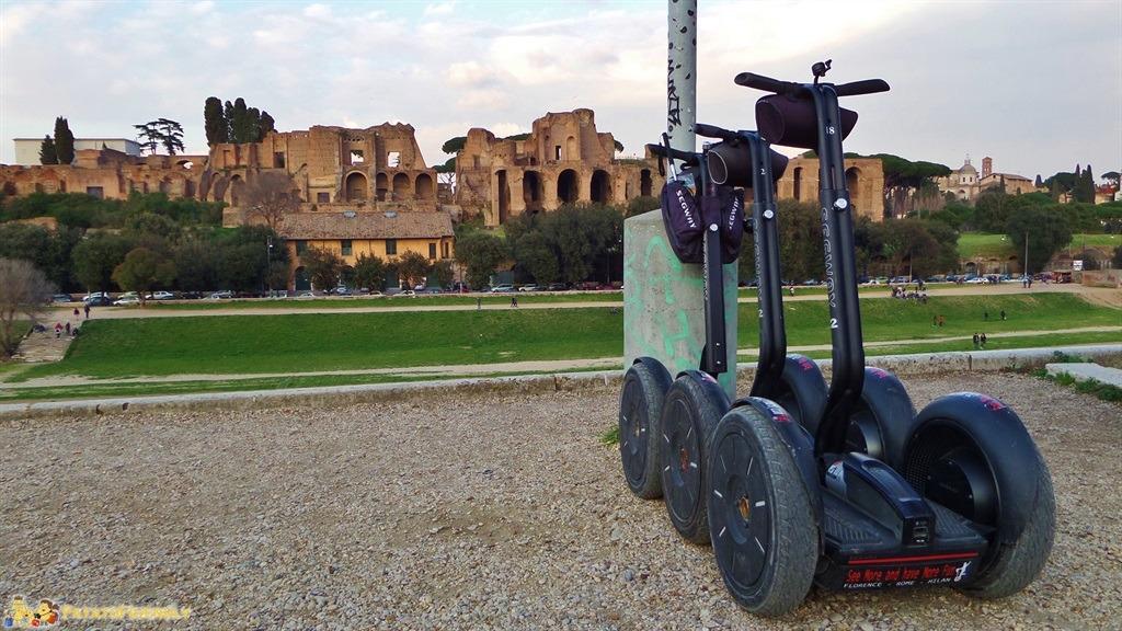 [cml_media_alt id='5476']Visitare Roma in un giorno - Il Circo Massimo sullo sfondo e i nostri Segway[/cml_media_alt]