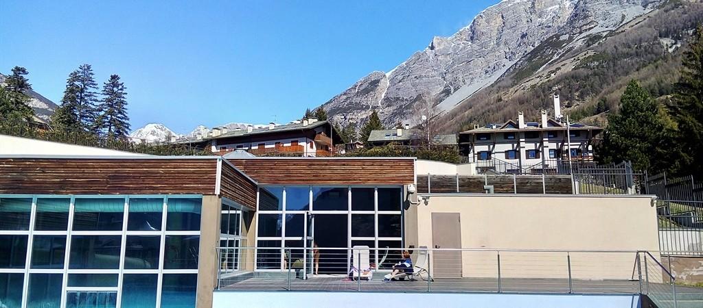 Le Terme di Bormio - La struttura con le montagne sullo sfondo