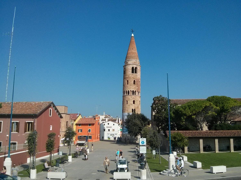I colori di Caorle - Il campanile che domina la cittadina