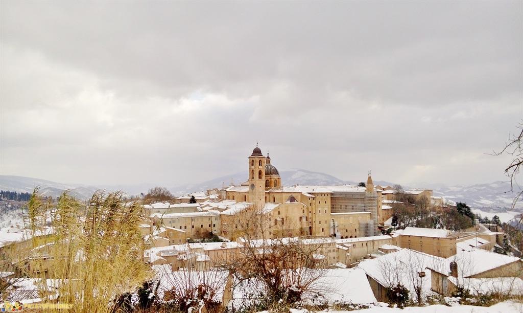 [cml_media_alt id='4936']Veduta di Urbino sotto un cielo nuvoloso carico di neve[/cml_media_alt]