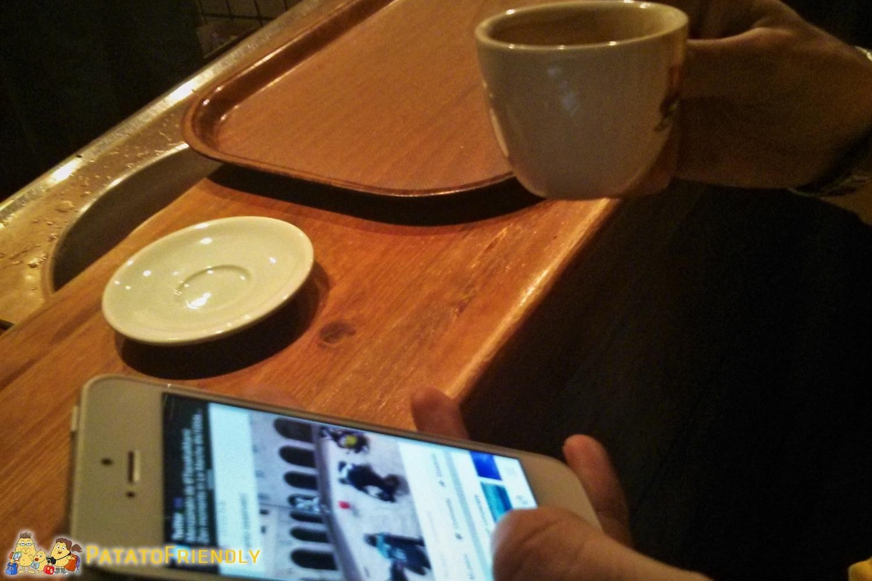 Caffè e smartphone...la colazione di un blogger