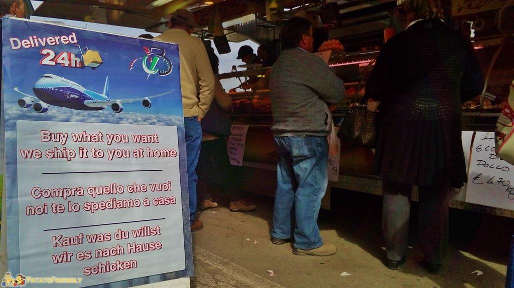 [cml_media_alt id='5556']Cosa vedere a Alba - Le bancarelle si sono attrezzate per i turisti con cartelli in varie lingue[/cml_media_alt]