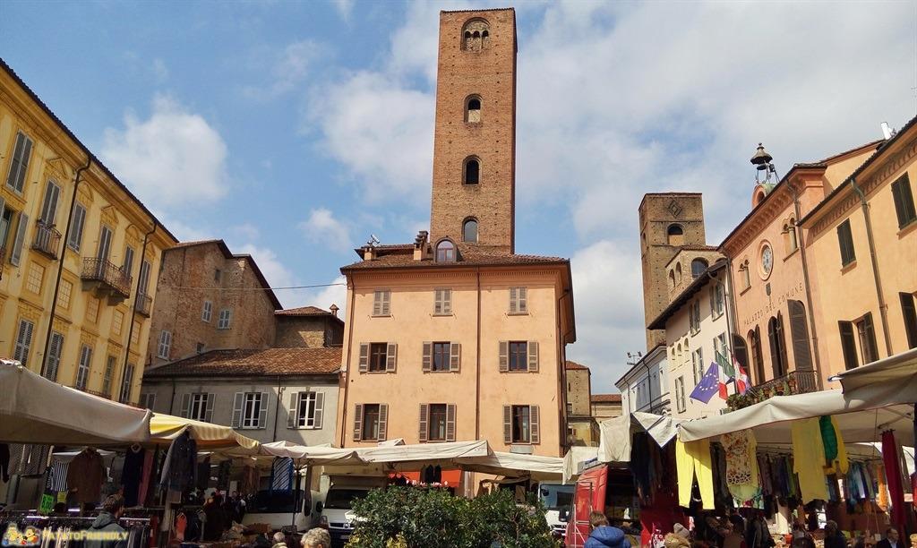 [cml_media_alt id='5558']Cosa vedere a Alba - Piazza del Duomo con le torri[/cml_media_alt]