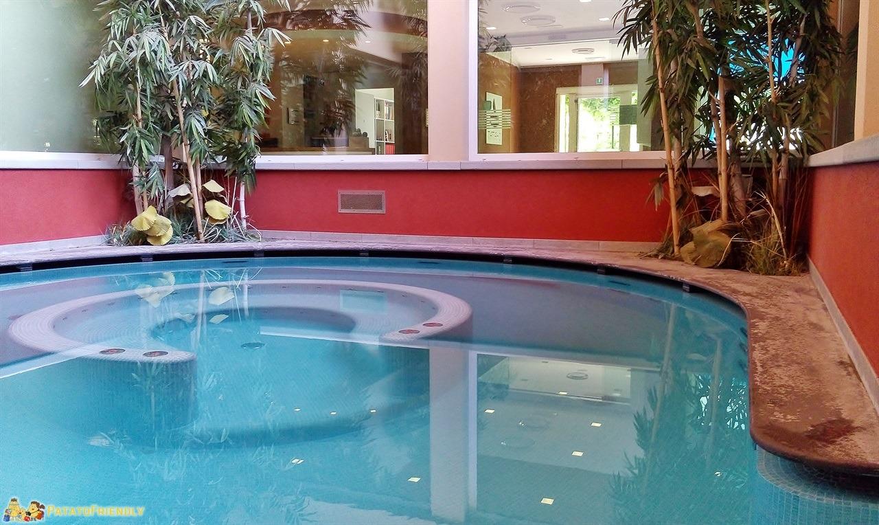 Tata O - La piscina circolare con idromassaggio di questa spa per famiglie in Lombardia