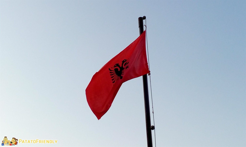 Viaggio in Albania - La bandiera albanese con l'aquila a due teste