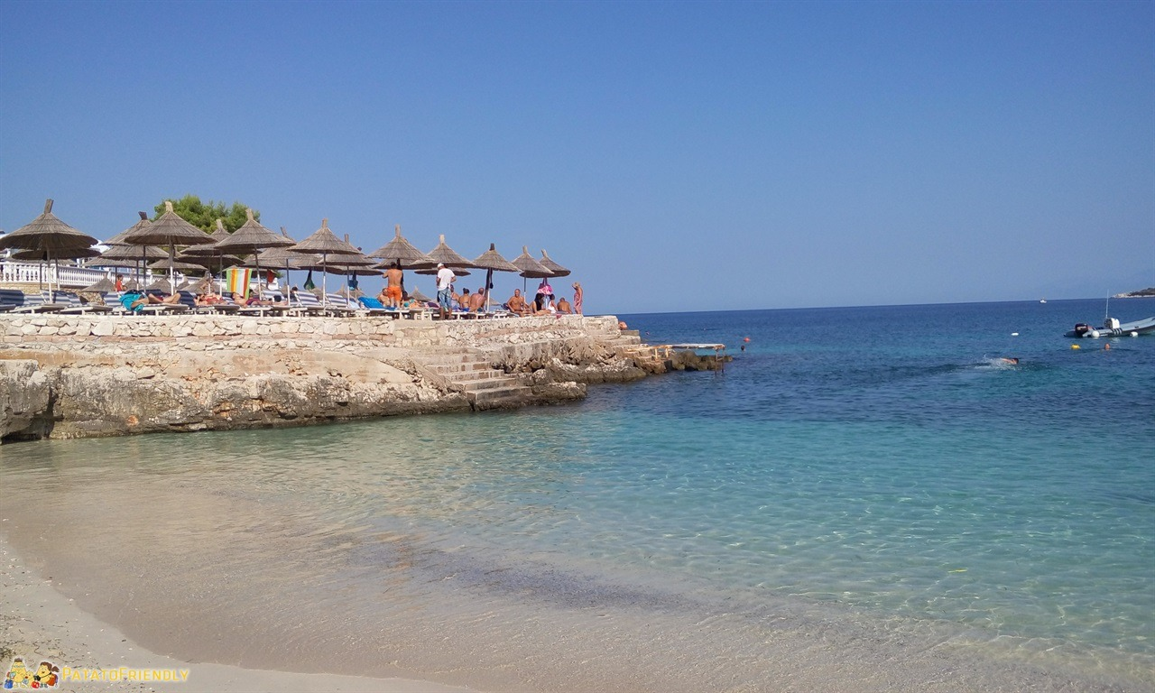 Ksamil con bambini - La piccola spiaggia vicino all'Hotel Arturi