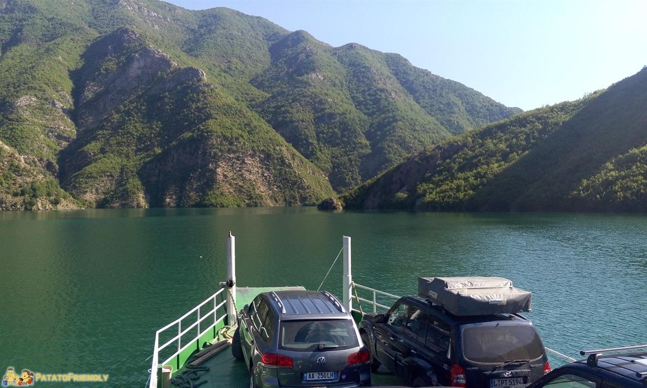 [cml_media_alt id='6586']Lago Koman - Il lago dall'imbarcazione[/cml_media_alt]