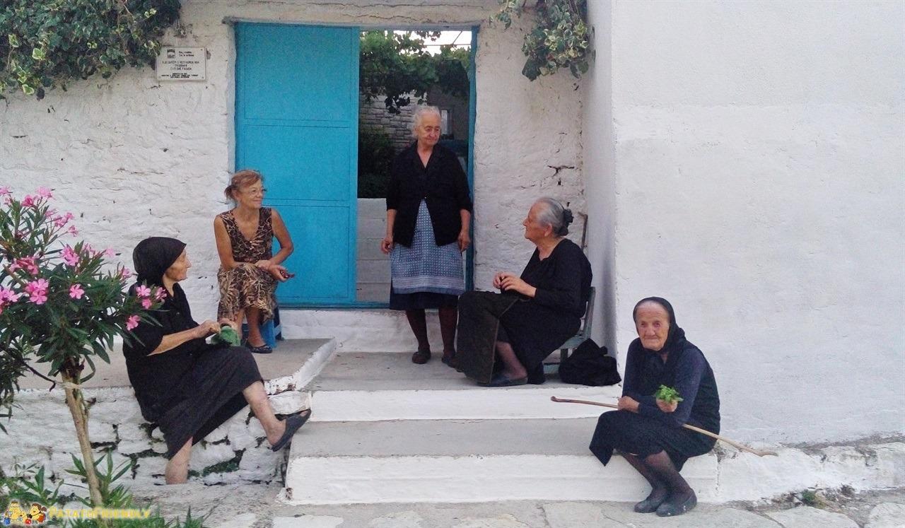 Viaggio in Albania - Anziane signore nel borgo di Qeparo