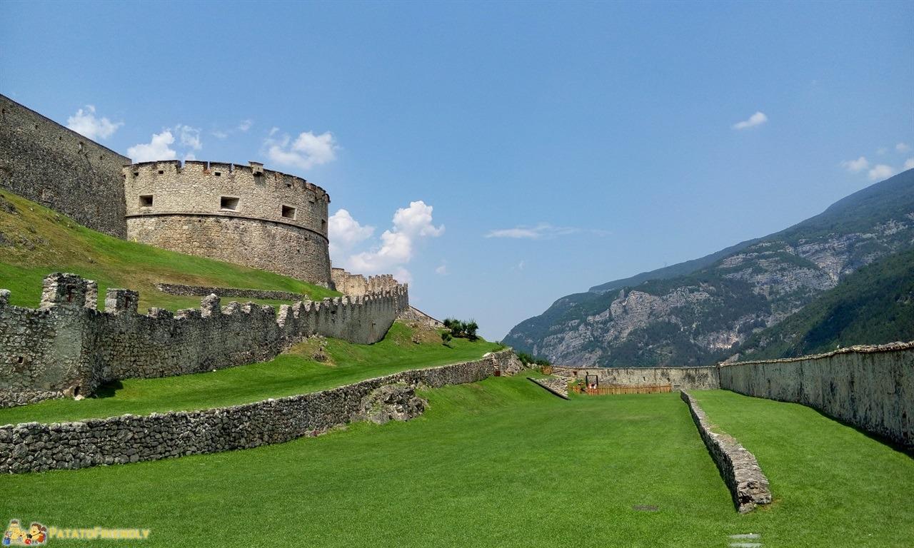 [cml_media_alt id='6342']Castel Beseno - Il grande prato appena fuori la prima cinta muraria[/cml_media_alt]