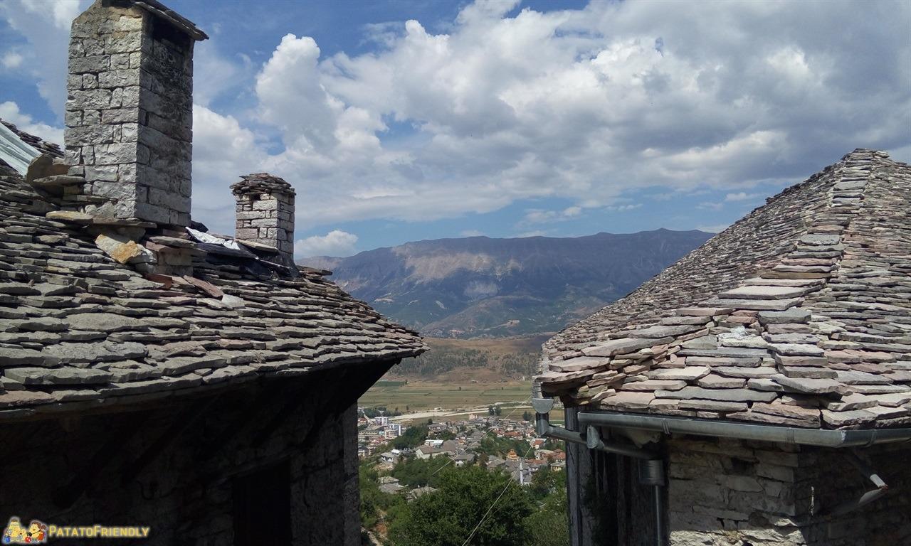 Gjirokastra - I tipici tetti delle case più antiche che sembrano d'argento quando piove