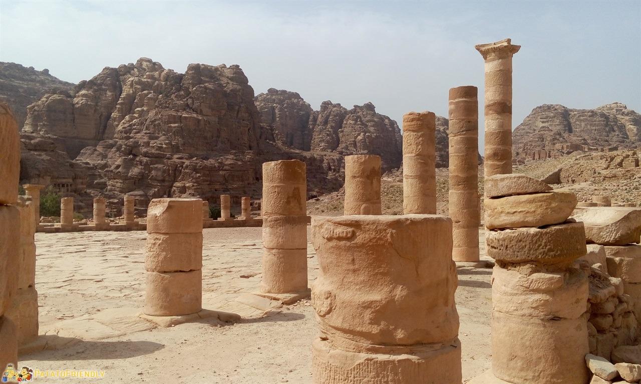 [cml_media_alt id='6755']Visitare Petra - Le possenti colonne del Tempio Grande[/cml_media_alt]