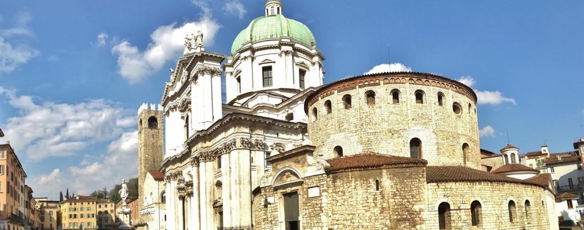 cosa vedere a Brescia - La piazza con Duomo Vecchio e Nuovo