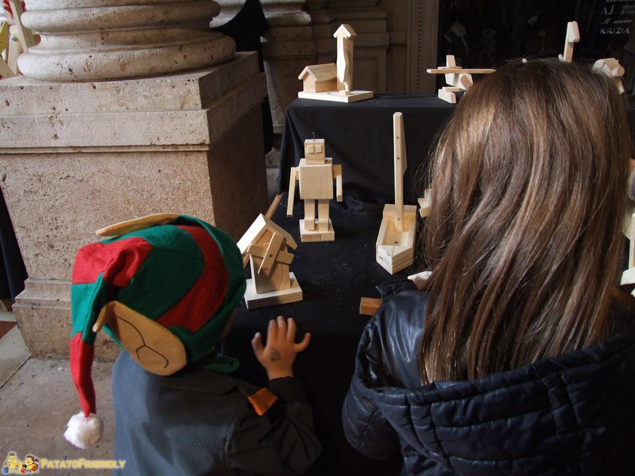 Casa di Babbo Natale di Montecatini - Alle prese con i modellini di legno da costruire