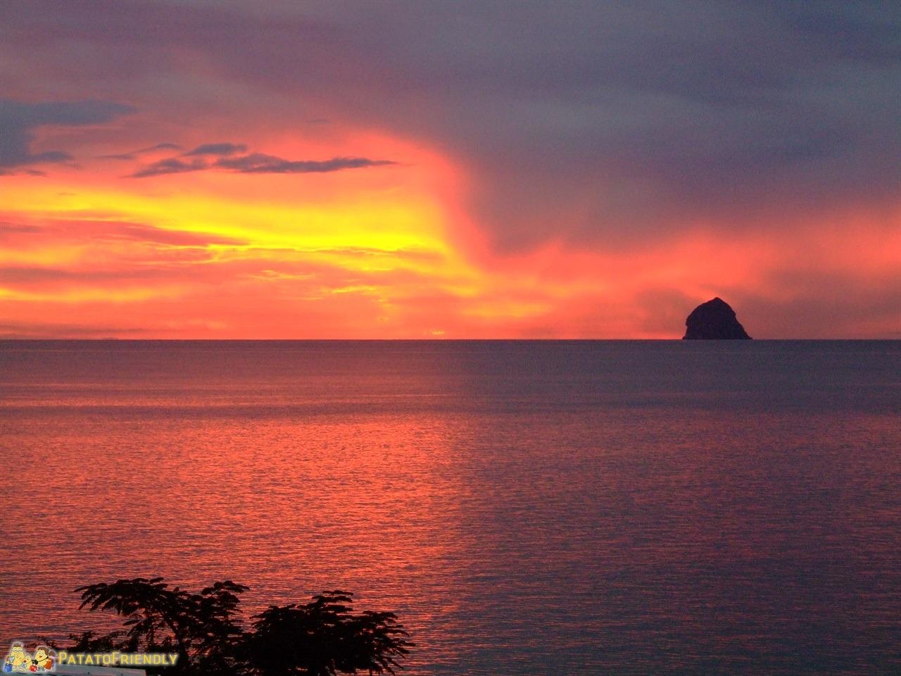[cml_media_alt id='6680']Le spiagge della Martinica - Un incredibile tramonto rosso in Martinica con Le Rocher du Diamant sullo sfondo[/cml_media_alt]