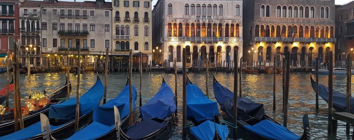 Venezia a Natale - La magia delle gondole al tramonto
