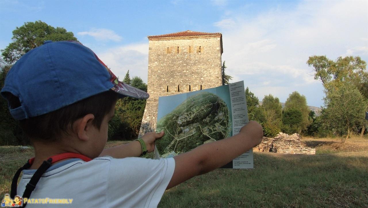 [cml_media_alt id='6499']Butrinto - La torre fortificata eretta durante la dominazione Veneziana mentre Patato armeggia con la mappa[/cml_media_alt]