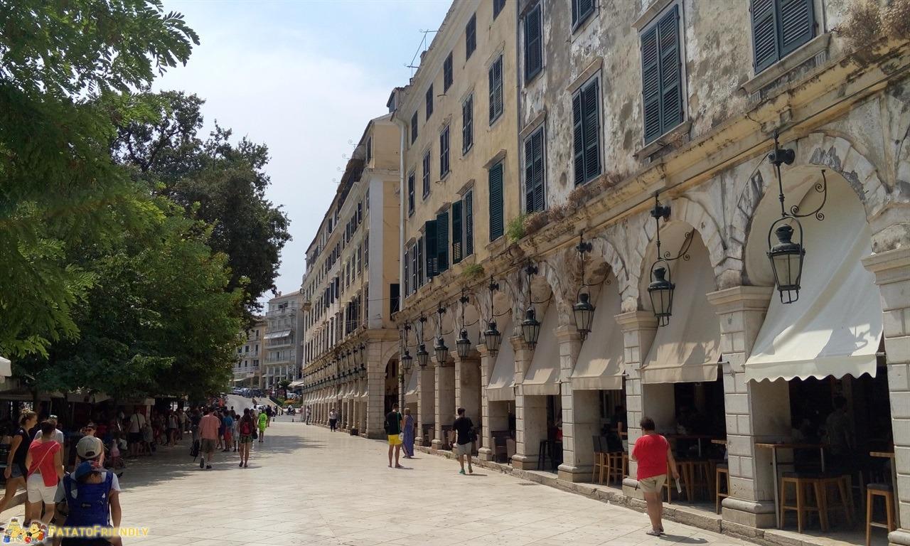 [cml_media_alt id='6780']Corfù in un giorno - La piazza che da verso la fortezza con gli ampi portici[/cml_media_alt]