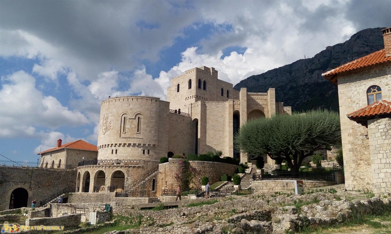 [cml_media_alt id='6572']Kruja - Il castello che funge da museo del grande condottiero Skanderbeg[/cml_media_alt]