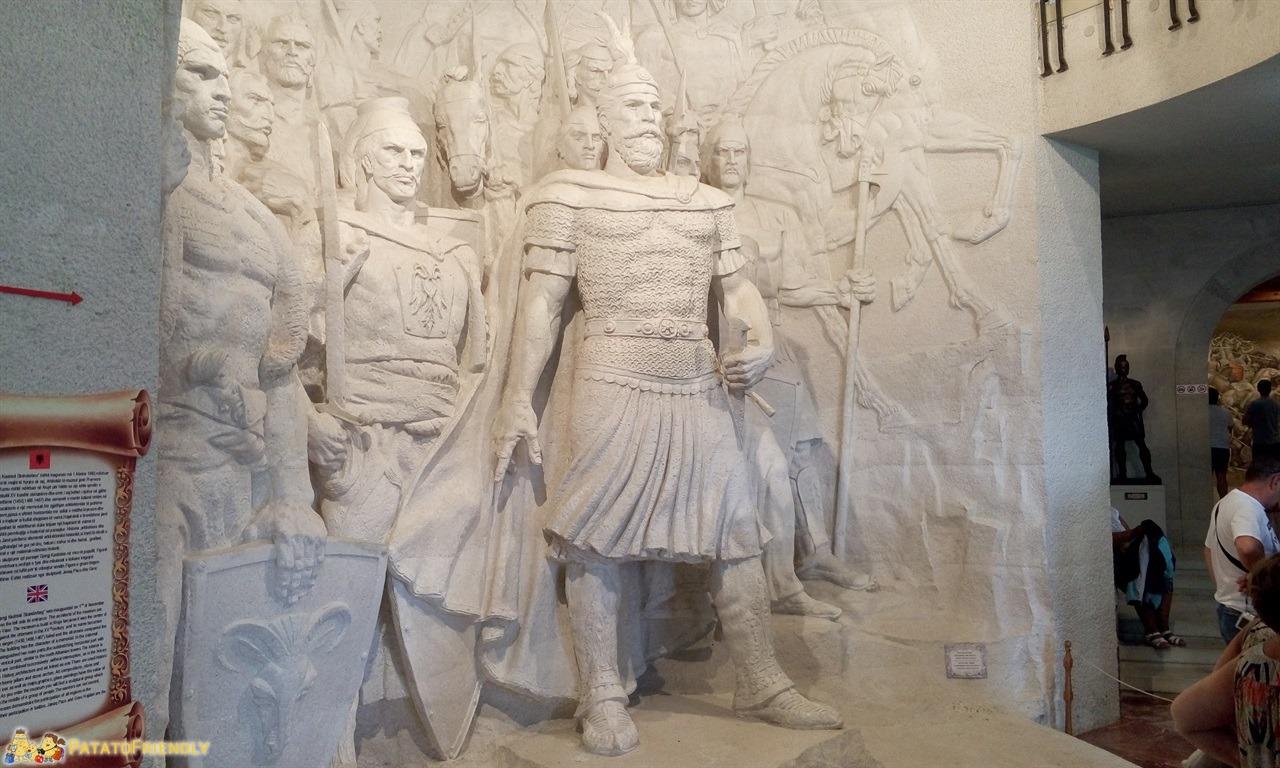 [cml_media_alt id='6565']Kruja - Il grande complesso statuario all'ingresso del Museo[/cml_media_alt]