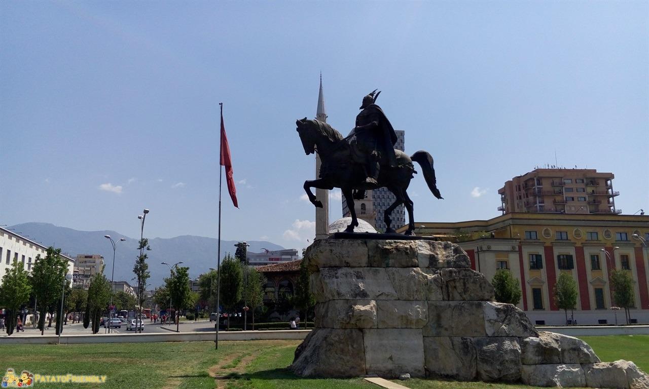 itinerario per un viaggio in Albania - Piazza Skanderbeg a Tirana