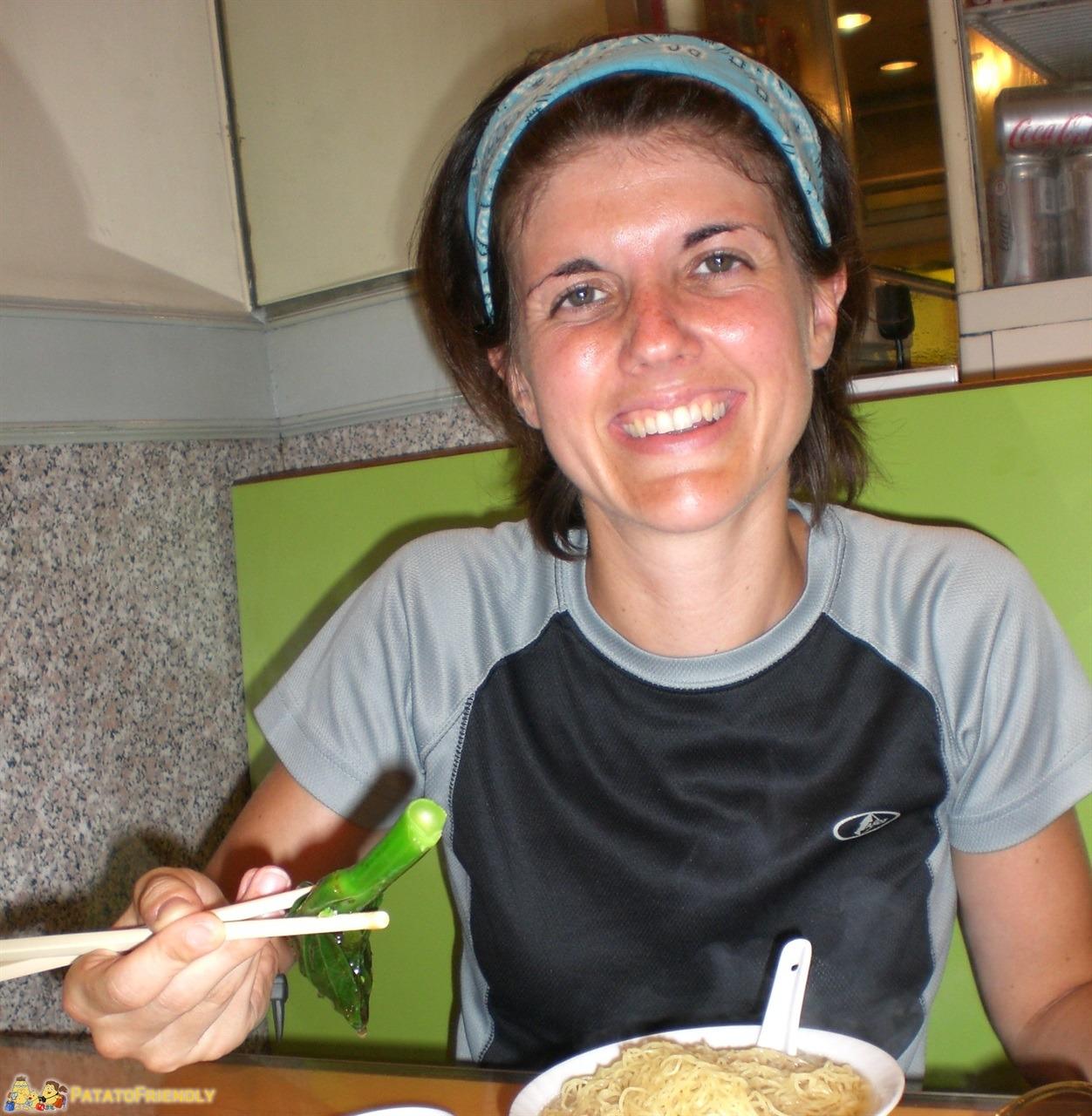 [cml_media_alt id='7354']A Hong Kong con un piatto di noodles[/cml_media_alt]