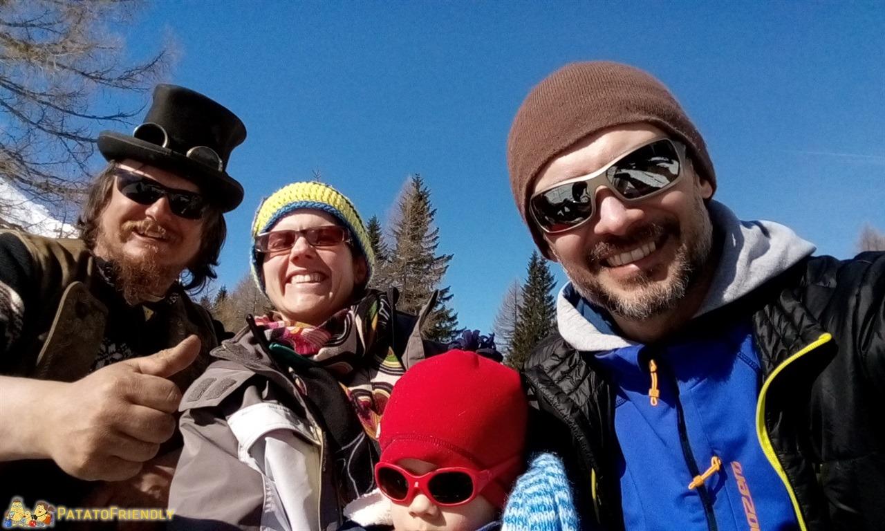 [cml_media_alt id='7287']Escursione sulla slitta trainata dai cavalli in Val di Fassa - Foto di famiglia con Michele il cocchiere[/cml_media_alt]