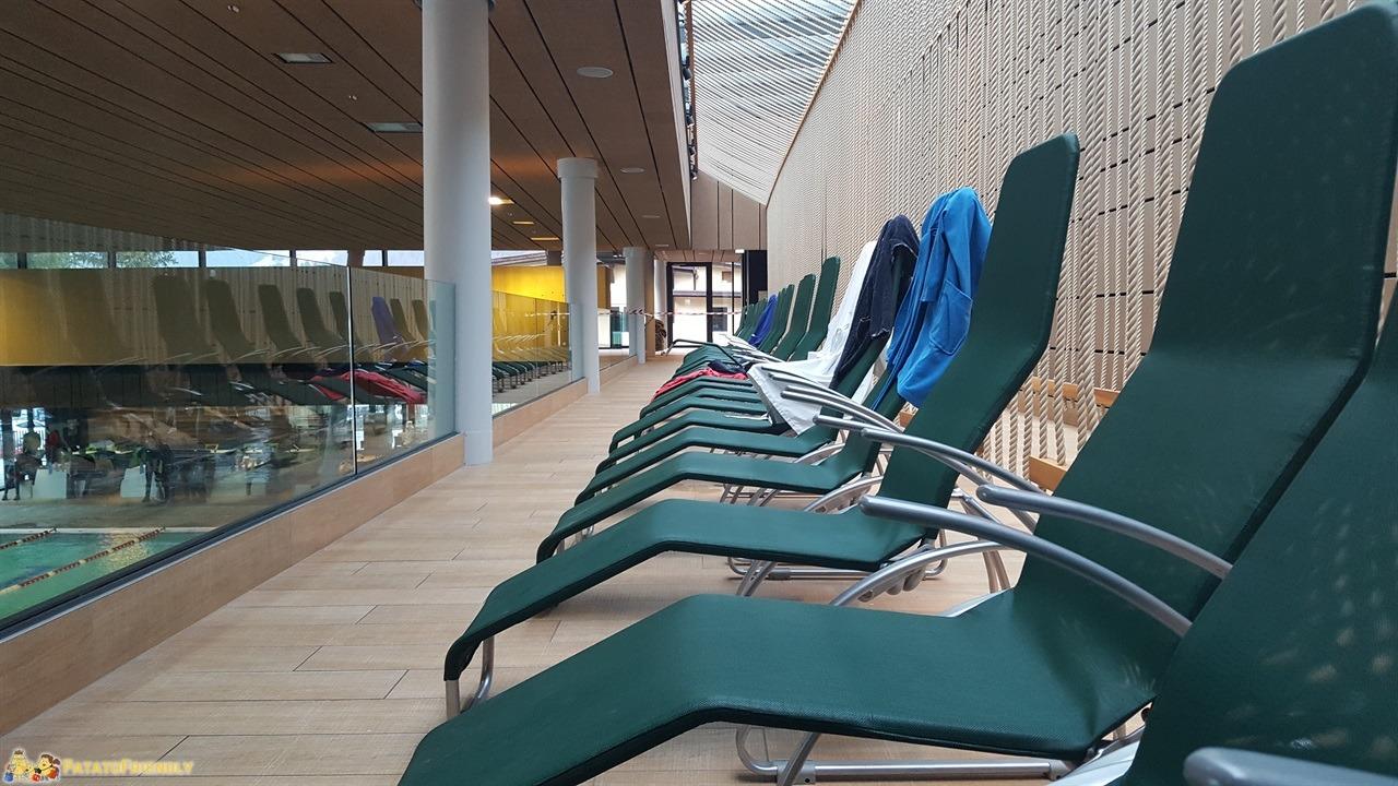 [cml_media_alt id='7256']Il Centro Acquatico Dòlaondes di Canazei - Le sdraio della zona delle piscine[/cml_media_alt]