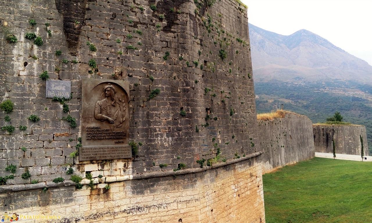 [cml_media_alt id='6592']Tepelene - Le mura del castello con la targa che ricorda il passaggio di Lord Byron[/cml_media_alt]