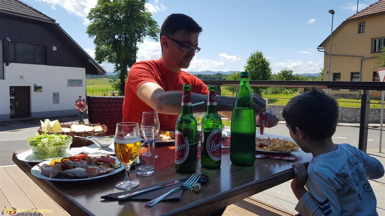 [cml_media_alt id='7733']Cosa fare in Bela Krajina - Pranzo nel dehor del ristorante Gostišče Veselič[/cml_media_alt]
